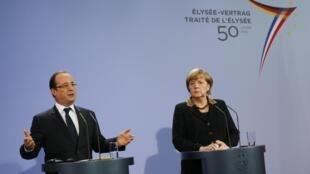 Hollande e Merkel durante entrevista coletiva em Berlim nesta terça-feira, 22 de janeiro de 2013.