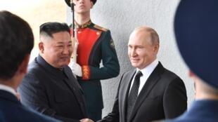 Le président russe Vladimir Poutine accueille le dirigeant nord-coréen Kim Jong-un sur l'île de Rousski, près du port de Vladivostok, le 25 avril 2019.