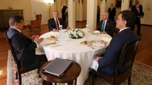La Turquie est déstabilisée par la guerre dans les pays voisins, la relance du conflit avec les Kurdes et son instabilité politique. Des législatives anticipées sont annoncées. Le 1er ministre, Ahmed Davutoglu (G) a échoué à former un gouvernement le 13/8.