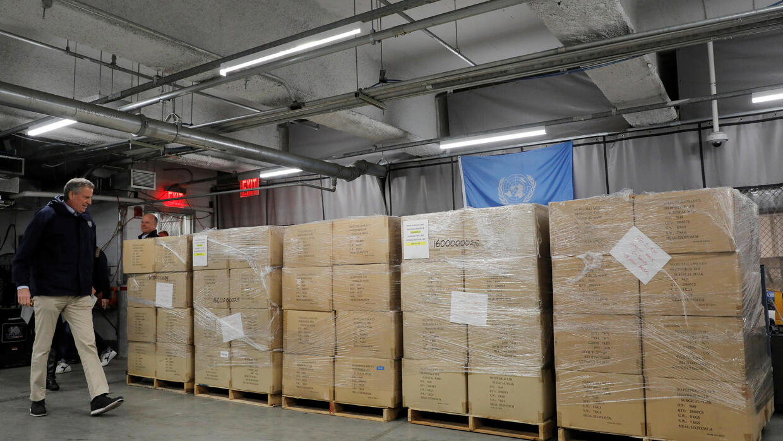 Thị trưởng thành phố New York, Bill de Blasio, nhận 250 nghìn khẩu trang y tế do Liên Hiệp Quốc cứu trợ để chống dịch Covid-19, ngày 28/03/2020.