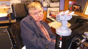El científico Stephen Hawking es de las pocas personas que han sobrevivido a la ELA.
