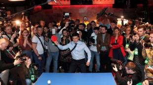 Кандидат Зеленский играет в настольный теннис перед объявлением результатов первого тура выборов в Украине, 31 марта 2019.