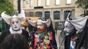 "Miembros del colectivo LGBT ""Soeurs de la perpétuelle indulgence"" participaron en la primera marcha LGBT en Saint Denis."