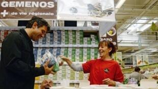 Les thés et infusions de la la Société coopérative ouvrière (Scop-Ti) lancée en 2014 par les salariés de l'ex-Fralib, dans un supermarché d'Aubagne, près de Marseille, le 25 septembre 2015.
