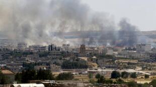Imagem da cidade de Cobane, na fronteira turca, durrante combates em junho de 2015.