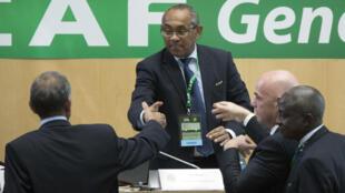 Le Malgache Ahmad félicité par Suketu Patel (à gauche) et Gianni Infantino (à droite), après sa victoire à l'élection du président de la CAF.