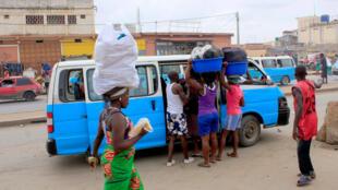 """Vários cidadãos em Luanda queixam-se da falta de táxis em vários pontos da cidade, apontando o dedo à """"Operação Resgate"""""""