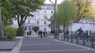 Captura de vídeo da entrada do liceu Fénélon-Notre Dame de la Rochelle onde é feita a coleta de DNA.