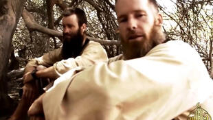 Stephen McGown au premier plan, avec Johan Gustafsson, dans une vidéo délivrée en 2015 par leurs ravisseurs.