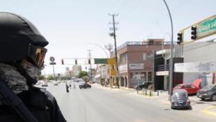 Un policier en faction pour la sécurité en préparation du forum à Cuidad Juarez, le 4 août 2018.