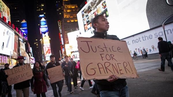 """Justiça para Garner"", pediram os manifestantes."