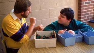 Une thérapeute avec un enfant autiste.