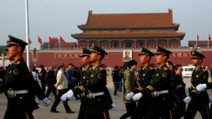 Cảnh sát đi tuần trên quảng trường Thiên An Môn, 25/10/2016, ngày làm việc thứ hai của phiên toàn thể lần thứ 18 của Ủy ban Trung Ương Đảng Cộng Sản Trung Quốc.