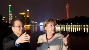 La canciller alemana Angela Merkel en compañía del premier chino Wen Jiabao en Cantón, durante su visita a China, en febrero de 2012.