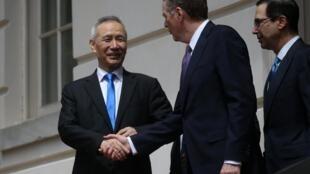 2019年5月10日,中美贸易谈判草草结束。中国国务院副总理刘鹤离开谈判会场时,与美国贸易代表莱特希泽(中)和财长姆努钦握手。