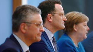 德國總理默克爾和衛生部長施潘周三就新冠危機共同出席了柏林聯邦記者會。