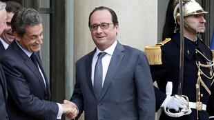 Former president Nicolas Sarkozy (L) visits President François Hollande at the Elysée Palace on Friday as extracts from his new book hit the press