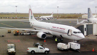 Un avion de la compagnie Royal Air Maroc lors de son chargement sur le tarmac de l'aéroport international Mohammed V de Casablanca.