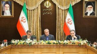 Ông Behrouz Kamalvandi (T), lãnh đạo Tổ Chức Năng Lượng Nguyên Tử Iran, ông Abbas Araghchi (P), thứ trưởng Ngoại Giao và ông Ali Rabiei, phát ngôn viên chính phủ Iran trong buổi họp báo ngày 07/07/2019.