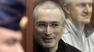 O russo Mikhail Khodorkovski e seu sócio Platon Lebedev em Moscou