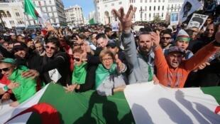 Des dizaines de milliers de personnes ont défilé ce vendredi 21 février à Alger.