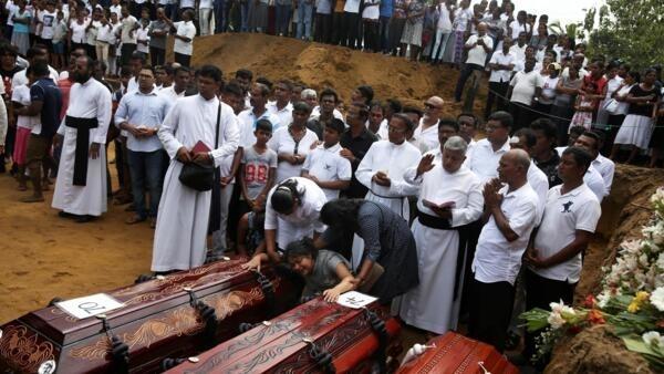 Vítimas continuam sendo sepultadas, dois dias após ataques no Sri Lanka