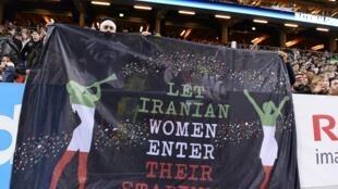 Hinchas de fútbol con una banderola que lee 'Dejen a las mujeres iraníes entrar a sus estadios', durante un partido amistoso Suecia/Irán en Estocolmo, en marzo de 2015.