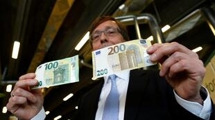 Ton Roos, diretor do Banco Central Europeu (BCE), apresenta as novas notas de € 100 e € 200 euros. Roma, 21/05/19