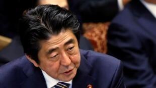 Thủ tướng Nhật  Shinzo Abe (L) tại một phiên họp của Thượng viện Nhật vào tháng 02/ 2015.