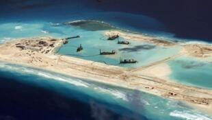 Đảo nhân tạo Chữ Thập do Trung Quốc  xây trên Biển Đông.