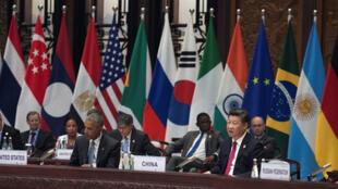 O presidente chinês, Xi Jinping(direita) discursa na cerimônia de abertura da Cúpula do G20, em Hangzhou ao seu lado o presidente dos EUA, Barack Obama e a chanceler alemã Angela Merkel. 04/09/16.