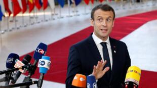 Издание Huffpost называет этот жест французского президента «символическим».