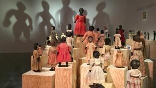 """Exposição """"Bonecas Negras"""", na Maison Rouge, em Paris."""