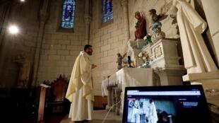 Epidémie de coronavirus en France: en raison du confinement, les cultes sont diffusés en streaming dans certains lieux comme ici l'église de l'Annonciation à Carquefou près de Nantes (44), le 25 mars 2020.