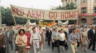 Des partisans pro-démocrates tiennent une banderole demandant le retrait de l'Armée rouge de Lituanie le 22 mars 1991 à Vilnius.