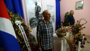 Một người dân đến tưởng niệm Fidel Castro tại Colon, Cuba, ngày 29/11/2016.