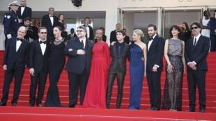 Pierre Lescure (à gauche), président du festival, est accompagné du jury. Les présidents du jury de cette année, Ethan et Joel Coen entourent Rossy de Palma, Guillermo del Toro, Rokia Traore, Xavier Dolan, Sienna Miller, Jake Gyllenhall et Sophie Marceau.
