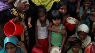 Người tị nạn Rohingyas chờ phân phát thực phẩm trong trại Moynarghona, gần Cox's Bazar bên biên giới Bangladesh, ngày 24/11/2017.