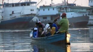 Embarcações costumam ter pouca segurança na Indonésia.