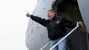 美国防部长莱昂·帕内塔(Leon Panetta)在阿富汗喀布尔国际机场在2012年12月14日