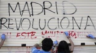 Le mouvement de protestation se poursuit dans le village de Puerta Del Sol, près de Madrid où des milliers de jeunes continuent de se rassembler, le 24 mai 2011