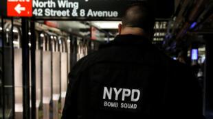 Funcionário do Departamento de Polícia de Nova York na estação de metrô da 42nd Street, após uma tentativa de atentado que aconteceu neste 11 de dezembro.