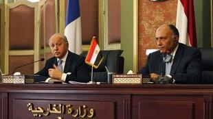French Foreign Minister, Laurent Fabius (L) with his Egyptian counterpart Samih Shukri (R) in Cairo