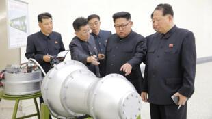 Lãnh đạo Bắc Triều Tiên Kim Jong Un xem xét một vũ khí nguyên tử. Ảnh của KCNA ngày 03/09/2017.