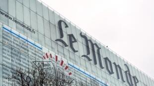 Une photo prise le 7 mars 2013 montre la façade du siège du journal Le Monde à Paris.