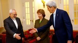 រដ្ឋមន្ត្រីការបរទេសអាមេរិក លោក John Kerry (ស្តាំ) និងសមភាគីអ៊ីរ៉ង់ លោក Javad Zarif (ឆ្វ) លោកស្រី Catherine Ashton តំណាងពិសេសរបស់សហភាពអឺរ៉ុប