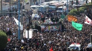 伊朗將領蘇萊曼尼與其伊拉克助手穆罕迪斯的棺材抵達伊朗城市阿瓦茲2020年1月5日