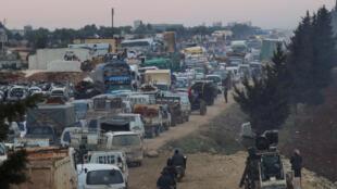 «Мы не можем позволить прибытие на нашу территорию еще 1 миллиона человек», —заявил представитель президента Турции. На фото: беженцы в районе города Сармада (Идлиб), у турецкой границы