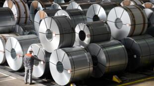 Conselheiro econômico de Trump reconhece risco de guerra comercial para os EUA. Rolos de aço na fábrica da siderúrgica alemã Salzgitter AG em Salzgitter, Baixa Saxônia. 03/03/16.