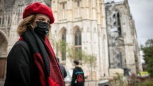 Sau vụ hỏa hoạn nhà máy Lubrizol, người dân Rouen, Pháp, phải đeo khẩu trang khi ra đường. Ảnh chụp ngày 26/09/2019.